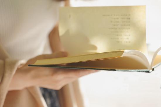 小时候,长辈常常告诫我们,不要在太阳下看书,对眼睛不好。因为太阳的直射光太强烈、耀眼,让人感觉特别不舒服,甚至畏光、眼睛刺痛。 而现在,光导照明,让你在阳光下看书,变成一种既高逼格又有利于眼睛健康的阅读方式。  其实,最适合人眼的光线是自然光。 光导照明,就是充分利用天然光这一丰富的自然资源。由系统的采光装置,采集到自然光,并过滤掉大部分对人体有害的紫外线和隔除热量,通过导光管的反射和折射作用,传达到系统底部的漫射器,再由漫射器均匀、大面积地散射到室内需要光线的地方。  光导照明系统原理图↑